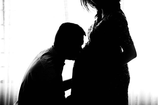 pregnant-971982_640